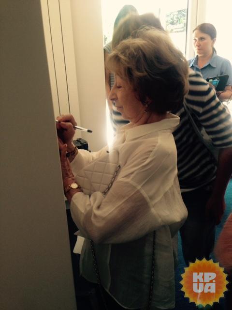 Лия Меджидовна в Одессе вспомнила юность и с радостью раздавала автографы.