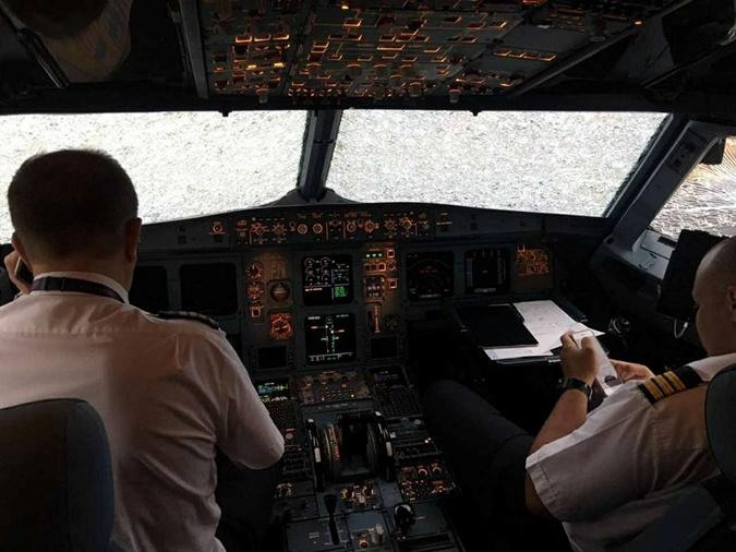 Украинский пилот героически посадил самолет сразбитым стеклом