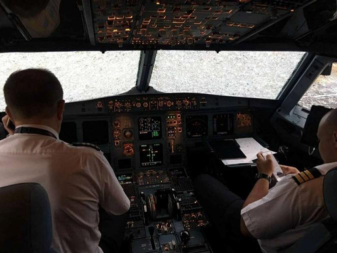 Украинский пилот героически посадил разбитый самолет в Стамбуле.