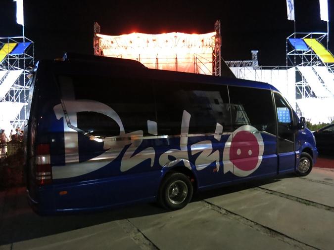 Охранники носили на руках певицу TAYANNA, а Дзидзьо прятали в автобусе фото 2