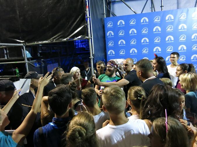 Охранники носили на руках певицу TAYANNA, а Дзидзьо прятали в автобусе фото 3