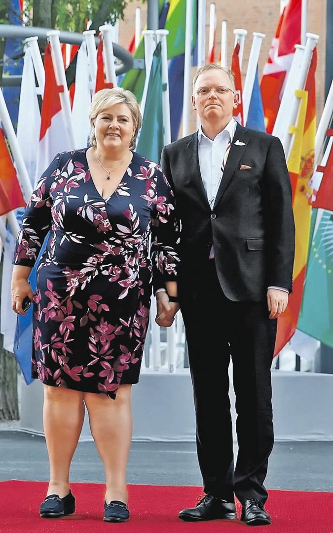 Мода высокой политики: Меркель пора надеть платье, а Мелании Трамп сменить прическу фото 5