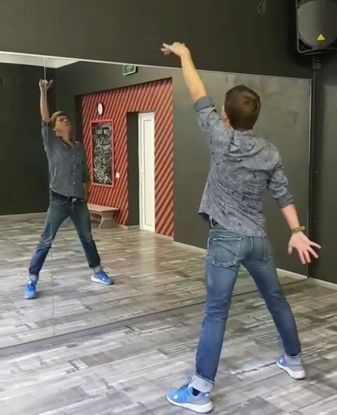 Решительный Комаров репетирует, аж зеркала дрожат! Фото: инстаграм