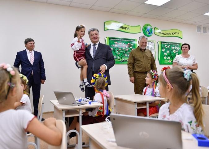 Порошенко сообщил, что до конца года будут введены еще несколько школ.