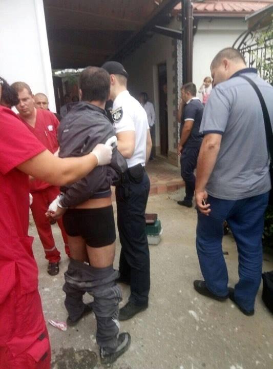 Иностранца увезли в больницу.