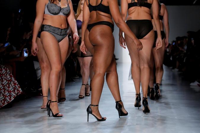 На Неделе моды в Нью-Йорке модели plus-size вышли на подиум в бикини фото 2