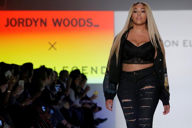 На Неделе моды в Нью-Йорке модели plus-size вышли на подиум в бикини фото 3
