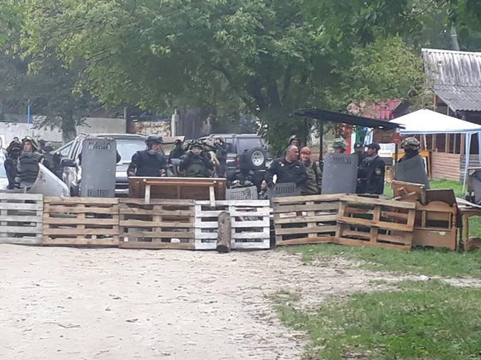 НаЛьвовщине милиция  проверяет членов «Донбасса» напредмет наличия оружия