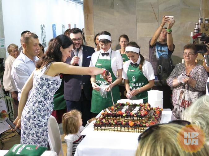 Валентина Хамайко не только ставила автографы на своей книге о выпечке, но и презентовала своим читателям 60-килограммовый торт. Фото: Алексей СЫСОЕВ