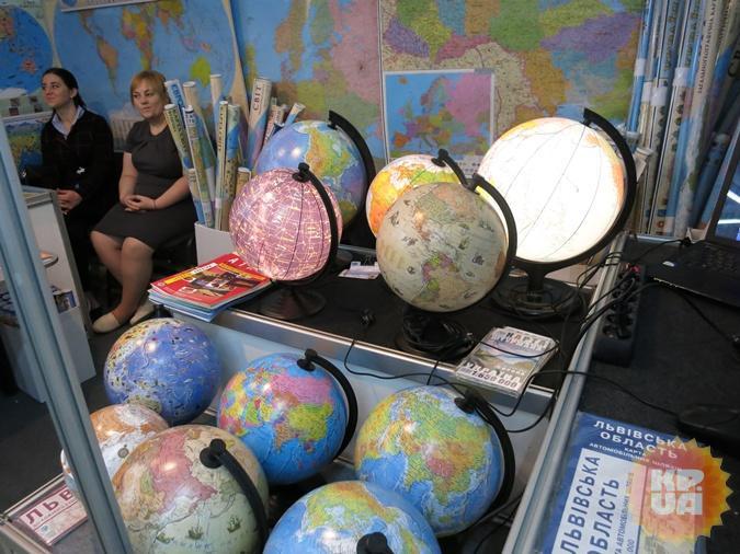 Глобус - это не только модель Земли, но и 3-4 ампера легкоусвояемого света. Фото: Алексей СЫСОЕВ