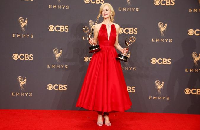 Служанка блондинка в красном платье