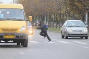 Смертельная игра: ради забавы подростки бросаются под машины