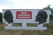 А вдоль дороги Ленины стоят. И тишина…