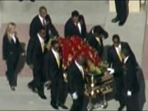 Гроб с телом Майкла Джексона был тайно перевезен в склеп, который