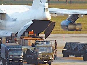 Тайские спецслужбы выгружают оружие из задержанного Ила-76.