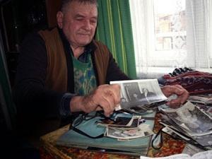 Борис Дудка любит пересматривать фотографии своих крестников.