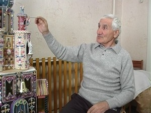 Фото автора.  Вот уже сорок лет житель Симферополя создает бисерные храмы, картины, иконы.