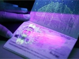 В биометрические паспорта с чипом, которые начнут выдавать украинцам с 1 января 2013 года, будут внесены отпечатки всех десяти пальцев человека.  Фото с сайта tsn.ua