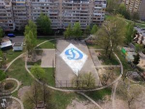 """В киевском дворике появился 30-метровый логотип """"Динамо"""" (+ фото) - изображение 1"""