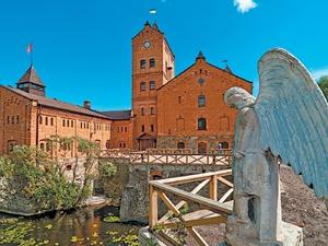 Замок-музей расположен между двумя водопадами, с одной стороны он омывается водами реки Мыки, с другой - огромным озером.