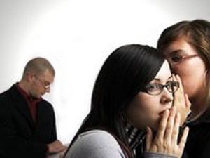 Оказывается, сплетни на работе - обычное дело. Фото с сайта ura.dn.ua.