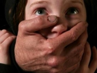 В центре Николаева мужчина с ножом ограбил 13-летнюю девочку