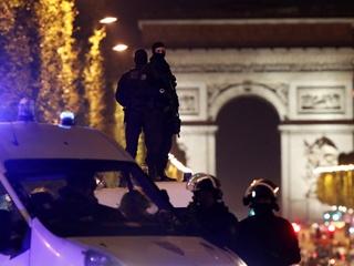 Появилось видео нападения террориста на полицейских в Париже