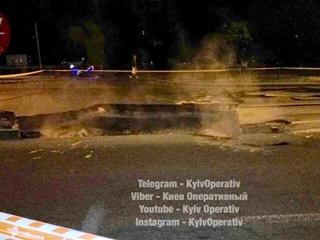 В Киеве на Оболони провалился асфальт: дорогу перекрыли в обе стороны