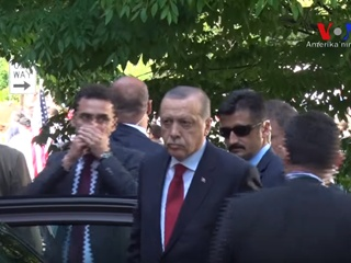 Видео: Эрдоган наблюдал за дракой своей охраны и протестующих в Вашингтоне