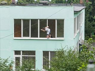 В Киеве няня детского сада удивила экстремальным мытьем окон