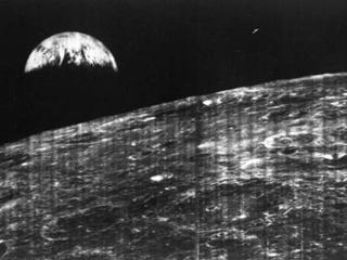 NASA опубликовало первый снимок Земли с Луны