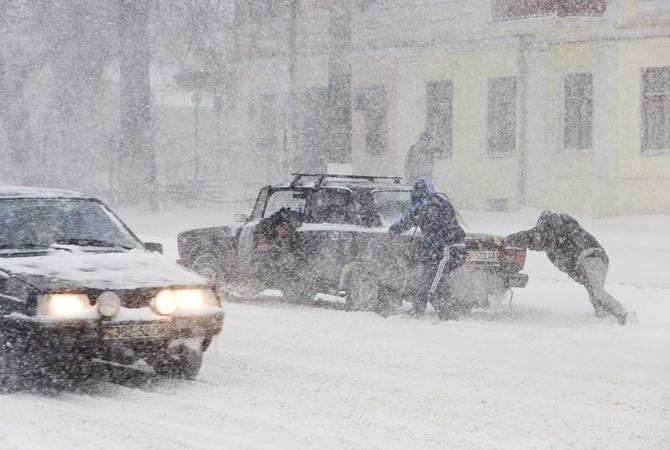 Замело: Два автомобиля застряли в снегу