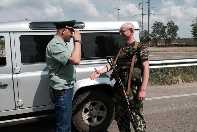 24072555 У премьер-министра появился двойник, который воюет в зоне АТО (фото)