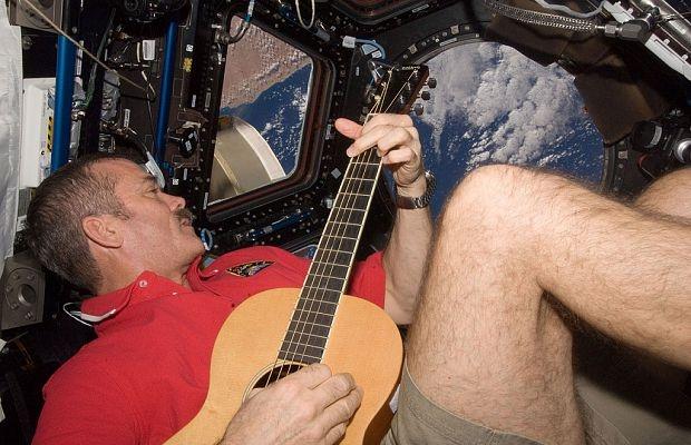 Канадский астронавт записал в космосе музыкальный альбом                       Астронавт пел и наблюдал за Землей. Фо