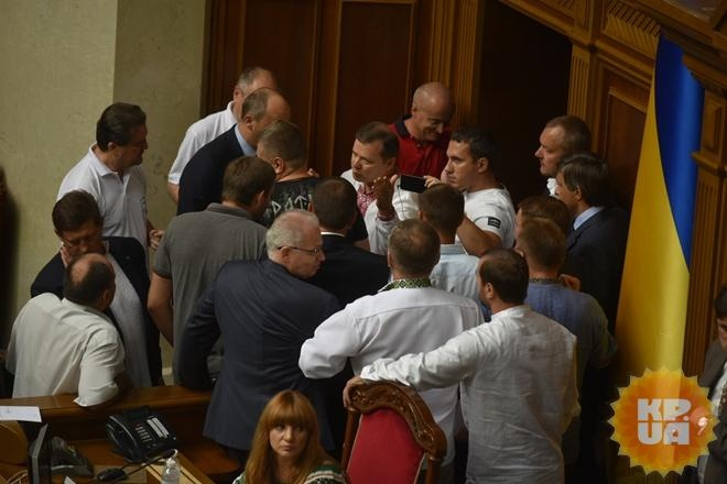 Депутаты эвакуировались из Рады через подземный ход                       Депутаты покинули Раду не парадным входом. Ф