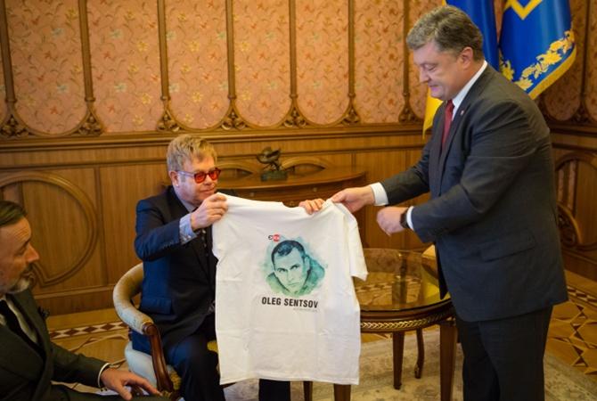 Сенцова Порошенко подарил артисту футболку. Фо