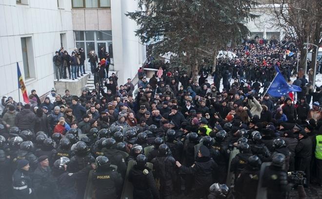 Беспорядки вКишиневе: Ренато Усатый дорвался дотелевизора
