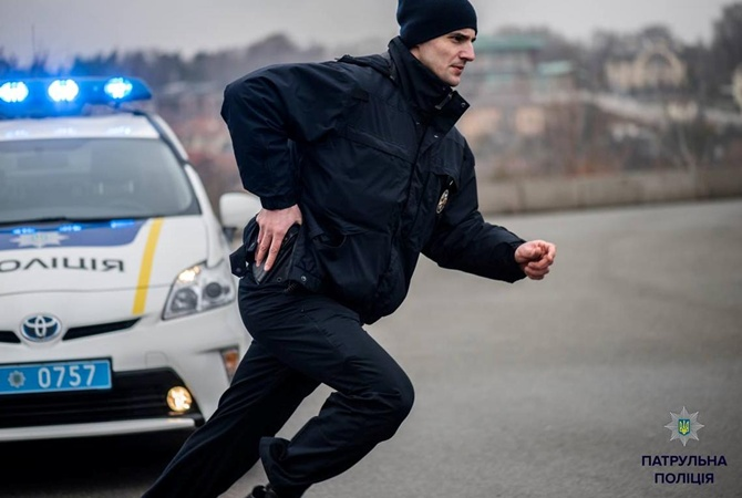 В одному з ТЦ Мукачева чоловік розгулювава з пістолетом і ножем