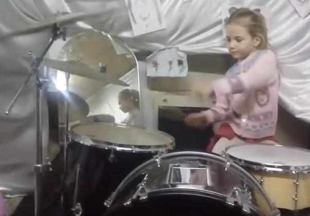 Талановиті діти: семирічна українка підкорює інтернет грою на барабанах