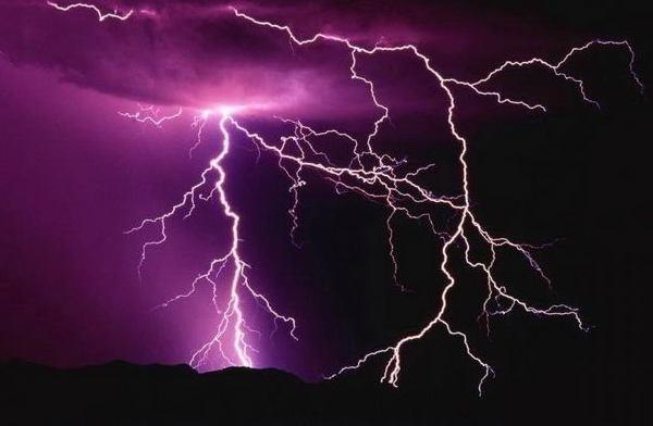 Встолице франции 11 человек пострадали отудара молнии