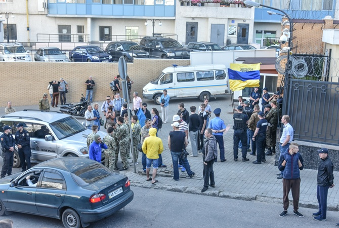 Активисты вОдессе заблокировали вход вроссийское консульство