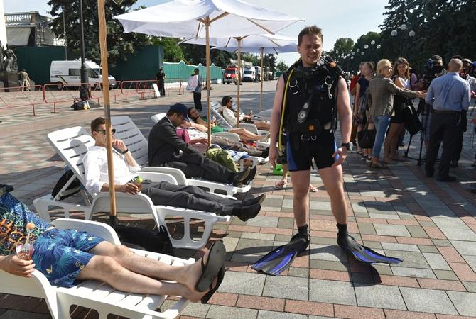 Под Раду принесли шезлонги ипляжные зонты