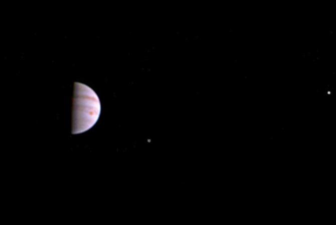 Зонд Juno сообщил 1-ый снимок Юпитера