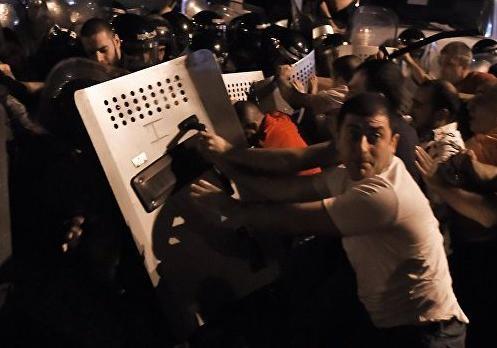 В итоге  разгона акции протеста вЕреване пострадали 15 человек