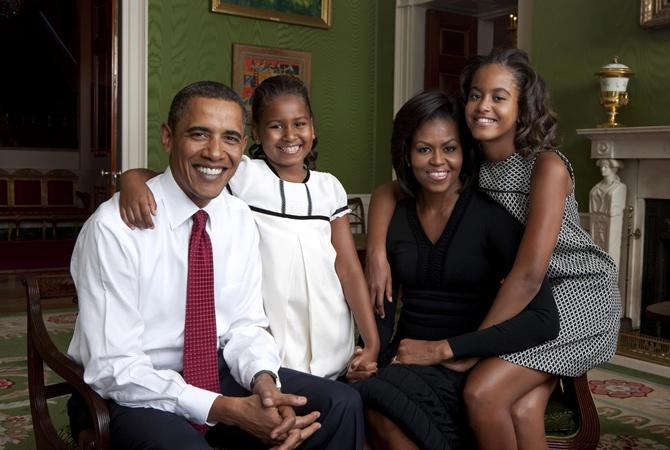 Дочь Обамы работает в рыбном ресторане Президент Барак Обама его жена Мишель Обама и их дочери Малия
