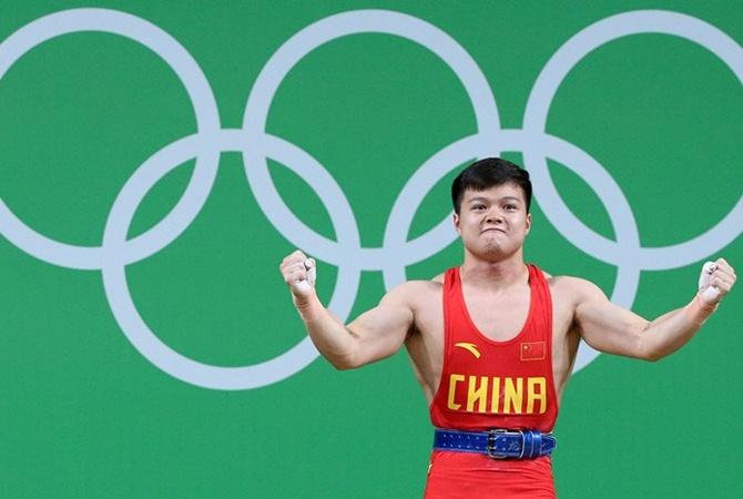 Китайский тяжелоатлет завоевал золотоОИ смировым рекордом