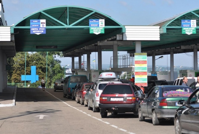 Награнице Украины сПольшей автомобильные очереди— таможенники