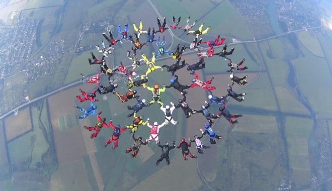 ВХарькове полсотни парашютистов установили новый национальный рекорд Украинского государства