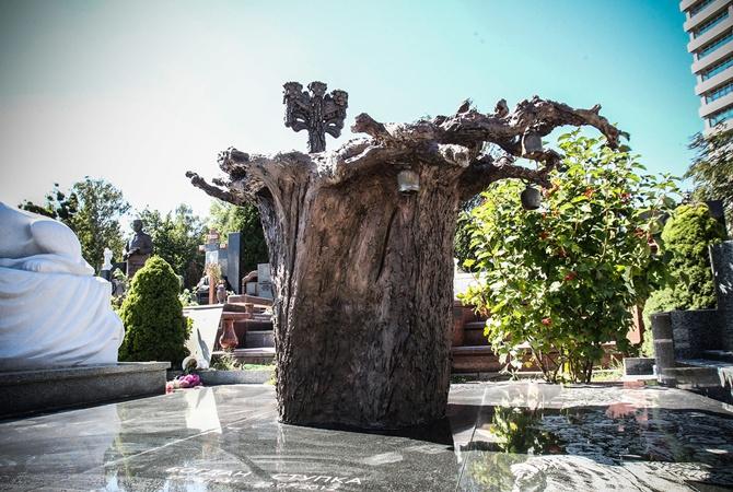 Намогиле Богдана Ступки установят монумент ввиде дерева, растущего корнями вверх
