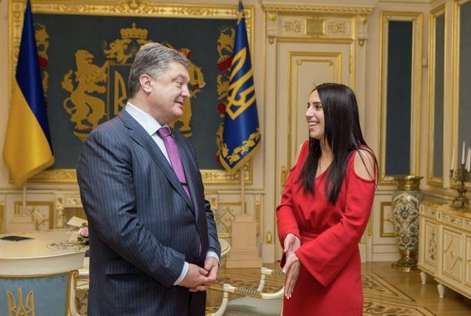 Порошенко вДень рождения Джамалы назвал ееголос «визитной карточкой» государства Украины